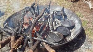炭を作りながらダッチオーブンで料理